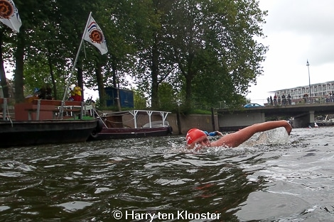 30-08-2014_eerste_cityswim_door_de_zwolse_grachten-start_rodetorenbrug_05.jpg
