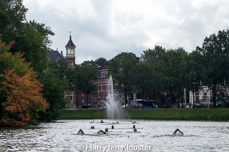 30-08-2014_eerste_cityswim_door_de_zwolse_grachten-start_rodetorenbrug_06.jpg