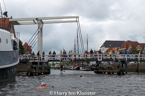 30-08-2014_eerste_cityswim_door_de_zwolse_grachten-start_rodetorenbrug_09.jpg