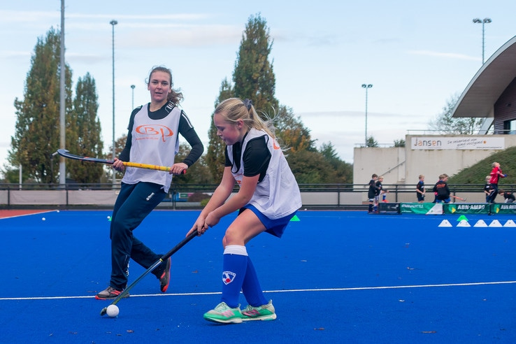 Hockey-international geeft les in Zwolle tijdens lerarenstaking - Foto: Peter Denekamp